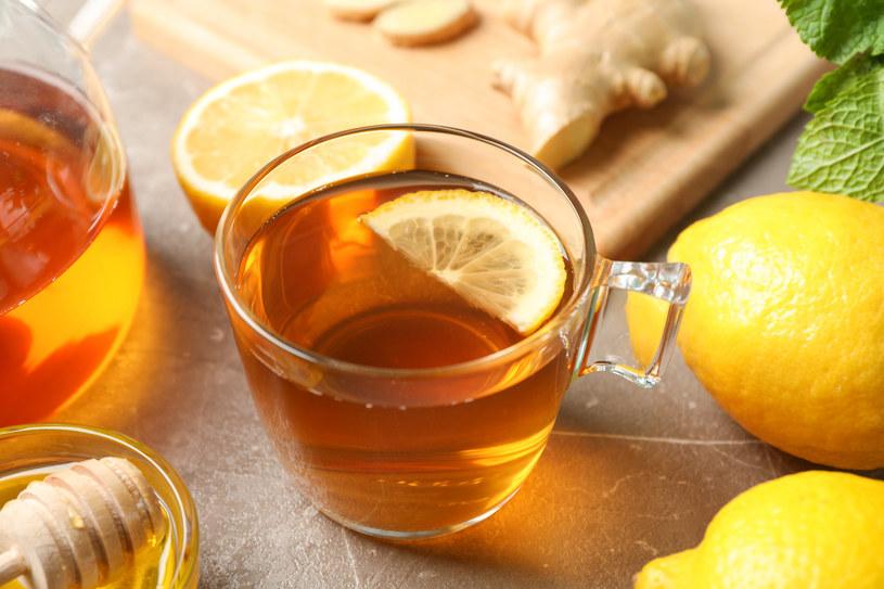 Herbata z cytryną skutecznie rozgrzewa, ale może też zaszkodzić /123RF/PICSEL
