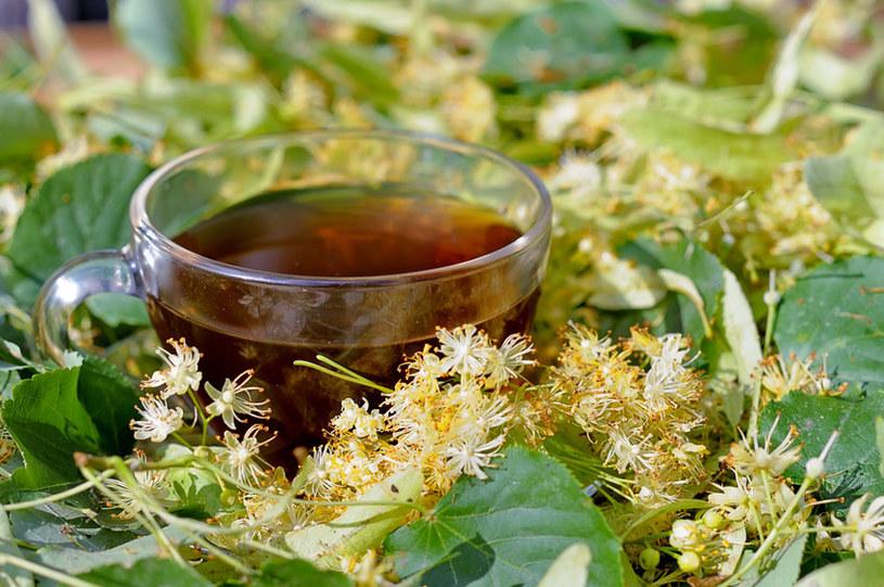 Herbata z lipy rozgrzeje i pomoże szybciej uporać się z przeziębieniem /123RF/PICSEL