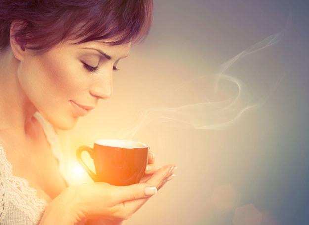 Herbatę i kawę pijemy codziennie, bo pobudzają mózg i układ krwionośny /123RF/PICSEL