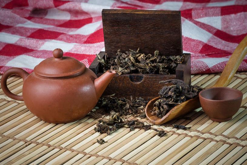 Herbatę i kawę warto trzymać w szczelnych pojemnikach /123RF/PICSEL