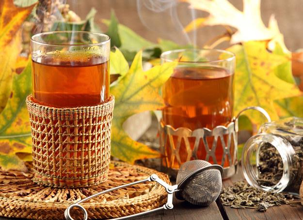 Herbatę najlepiej podawać w wysokich szklankach /123RF/PICSEL