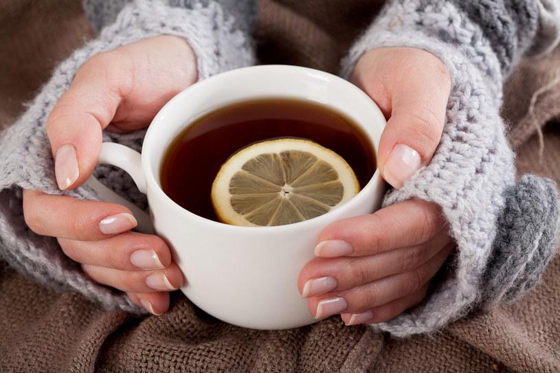 Herbatę po raz pierwszy zaparzono w Chinach /123RF/PICSEL