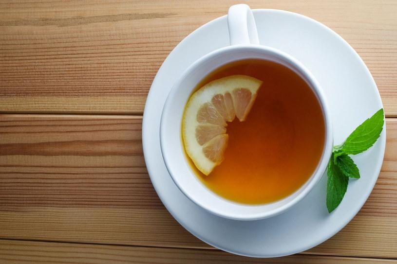 Herbatę zalewa się gorącą wodą i pozostawia pod przykryciem na kilka minut (najbezpieczniej 6-7 minut) /123RF/PICSEL