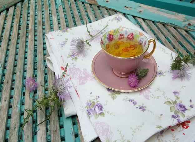 Herbatka z ostropestu wspiera pracę wątroby /123RF/PICSEL