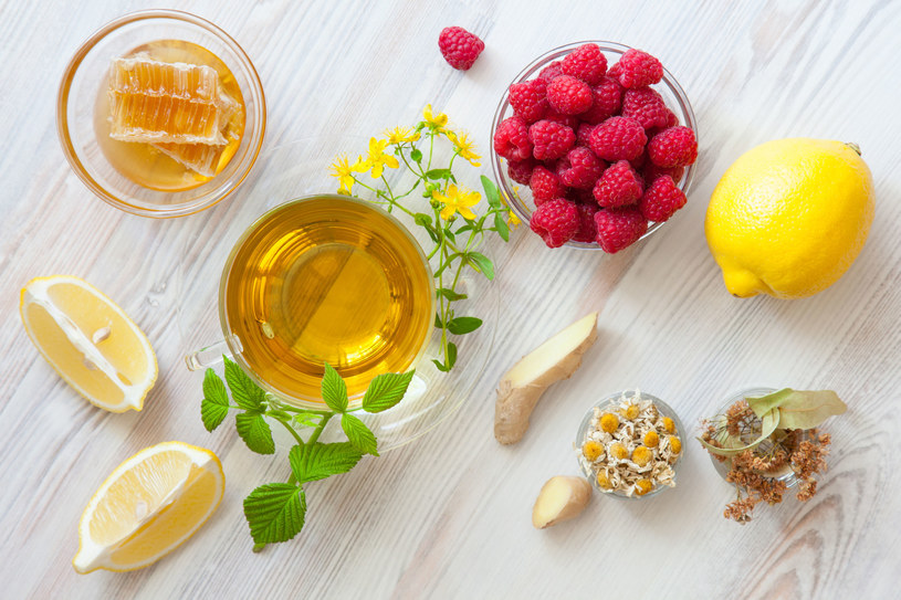 Herbatkę pij 2 razy dziennie po pół szklanki. Pierwszą – 30 minut po śniadaniu (poprawia trawienie), a drugą godzinę przed pójściem spać (działa usypiająco) /123RF/PICSEL
