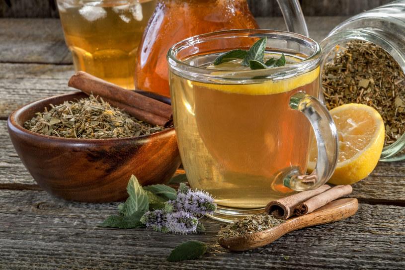 Herbaty ziołowe wspomagają pracę jelit /123RF/PICSEL