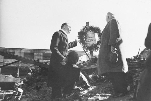 Herbert Hoover były prezydent USA wśród ruin przy grobie powstańca. /CAF /PAP