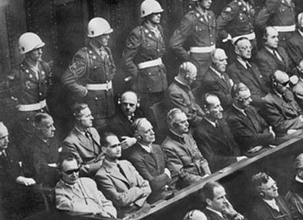 Hermann Göring (w przyciemnianych okularach) na procesie w Norymberdze /AFP