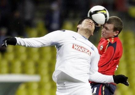 Hernan Rengifo w walce o piłkę z Pawłem Mamajewem /AFP