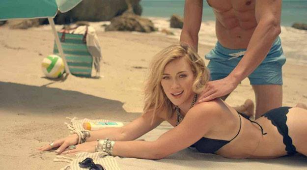 "Hilary Duff w klipie ""Chasing The Sun"" /"