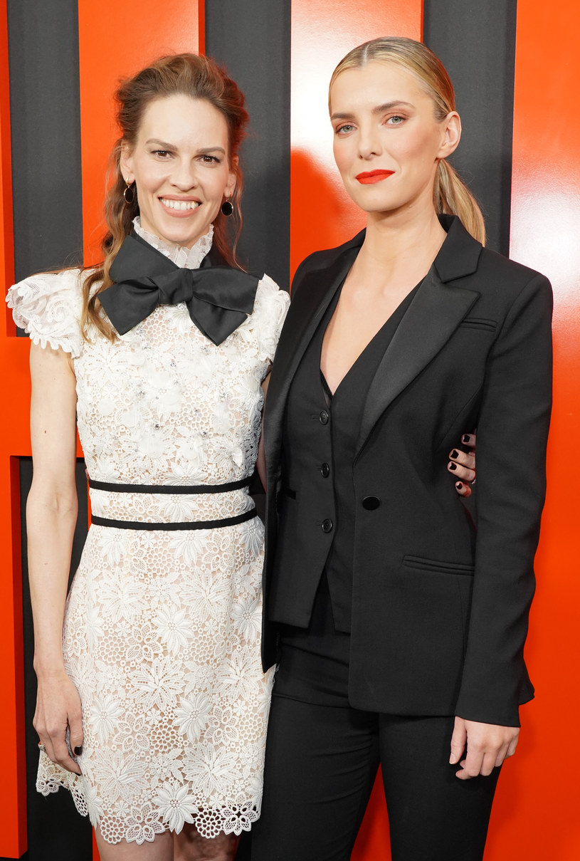 "Hilary Swank i Betty Gilpin na premierze filmu ""The Hunt"" w Hollywood, 9 marca 2020 /Rachel Luna /Getty Images"