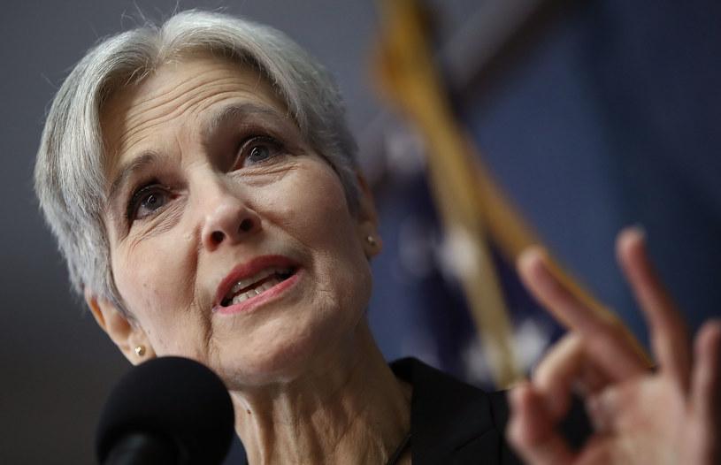 Hillary Clinton chowa się za plecami Jill Stein /AFP