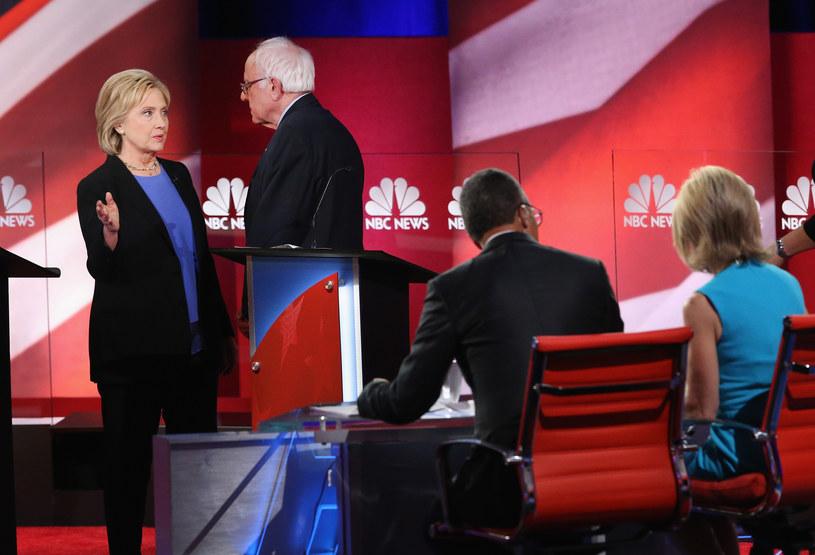 Hillary Clinton i Bernie Sanders /Andrew Burton / GETTY IMAGES NORTH AMERICA /AFP