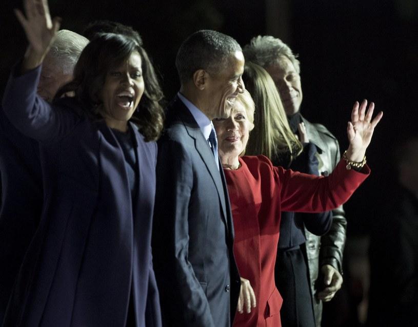 Hillary Clinton w towrzystwie kończy kampanię wyborczą - z lewej Michelle i Barack Obamowie, z prawej Chelsea Clinton  piosenkarz Jon Bon Jovi /JUSTIN LANE /PAP/EPA