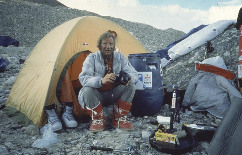 """Himalaje, Tybet, prawd. 19-20.09.1987. Jerzy Kukuczka w bazie wyprawy po zdobyciu szczytu ośmiotysięcznika Sziszapangma (Shisha Pangma, 8013 m n.p.m.) - nowa droga, w stylu alpejskim. Był to czternasty ośmiotysięcznik, zdobyty przez Jerzego Kukuczkę. Tym samym Jerzy Kukuczka został drugim człowiekiem, który zdobył tzw. """"Koronę Himalajów"""""""