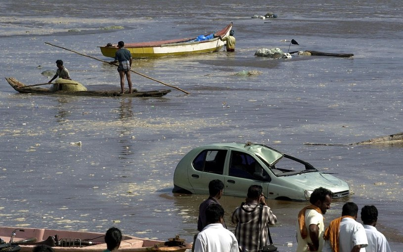 Hindusi oglądający skalę zniszczeń na plaży Marina w Madrasie, po tym jak fale pływowe uderzyły 26 grudnia 2004 r. w region /AFP