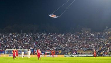 """Historyczna wizyta premiera przesunięta. Powód: flaga """"Wielkiej Albanii"""" nad stadionem"""