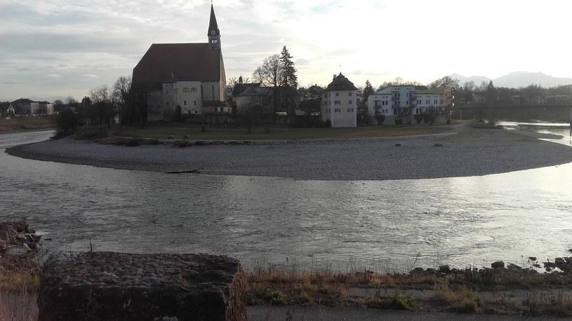 """Historyczne centrum Laufen należy do Bawarii. Kapliczka """"Cichej nocy"""" położona jest zaledwie kilkadziesiąt metrów od przebiegającej na rzece granicy /Styl.pl"""