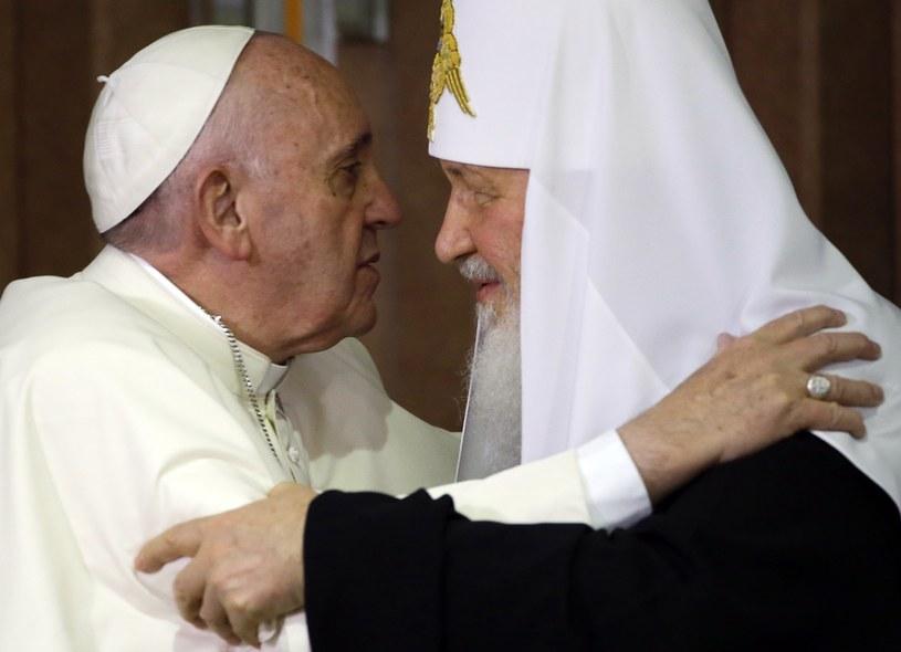 """Historyczne spotkanie papieża Franciszka i patriarchy Cyryla """"otwiera nową kartę"""" /AFP"""