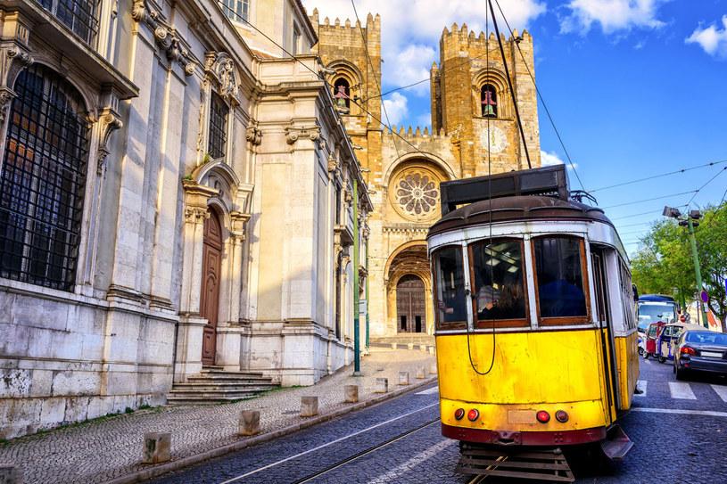 Historyczny żółty tramwaj naprzeciwko katedry z Lizbony /123RF/PICSEL