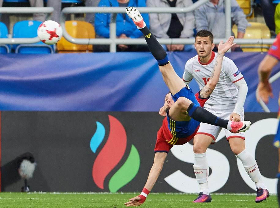 Hiszpan Saul Niguez strzela bramkę Macedonii podczas meczu grupy B piłkarskich mistrzostw Europy U21 w Gdyni /Adam Warżawa /PAP