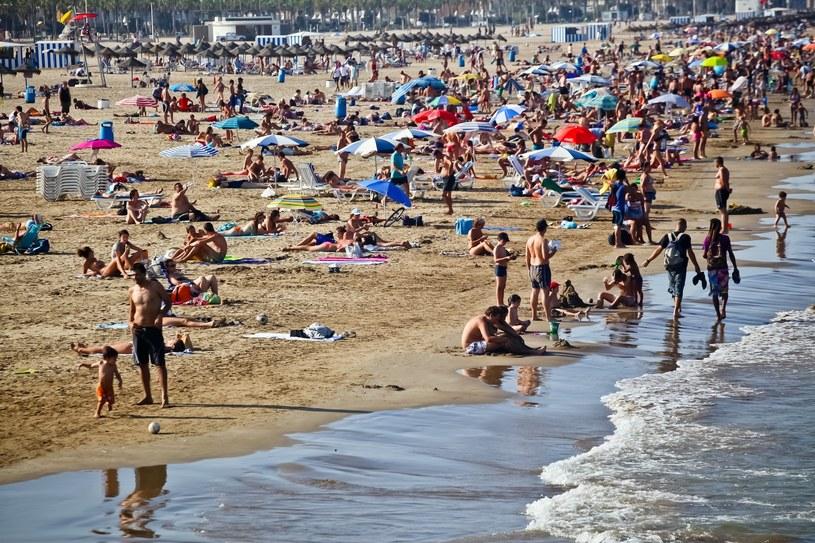 Hiszpania; piaszczysta plaża Las Arenas; zdj. ilustracyjne /Szymon Blik /Reporter