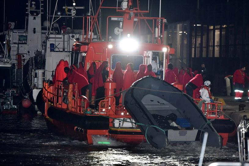 Hiszpania: Uratowano dziecko urodzone w łodzi z migrantami /CARLOS BARBA /PAP/EPA