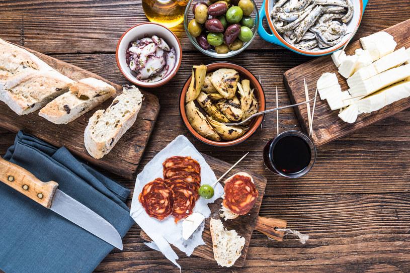 Hiszpanie kochają dzielić się tapasami /123RF/PICSEL