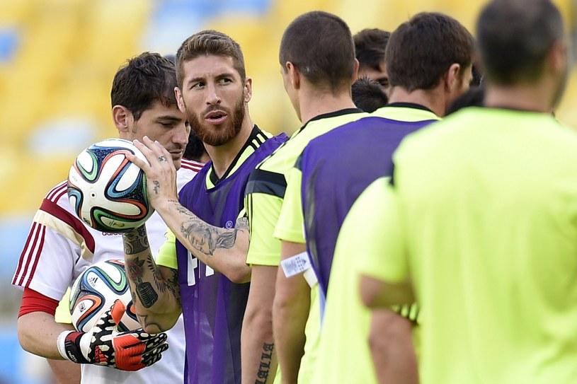 Hiszpanie pilnie trenują, by pozostać w grze /AFP