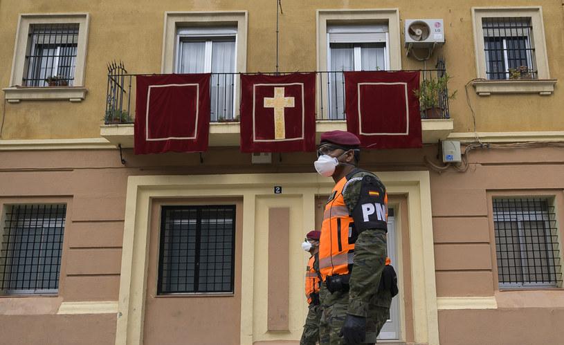 Hiszpańscy żołnierze patrolują ulice Walencji /AFP