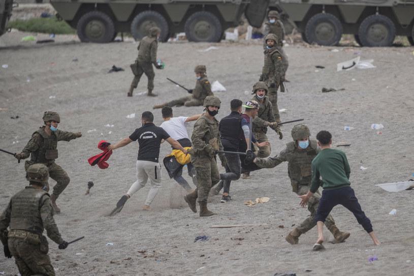 Hiszpańscy żołnierze w starciu z migrantami /AP/Associated Press /East News