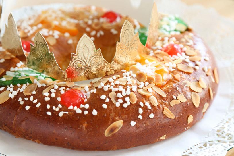 Hiszpańskie ciasto drożdżowe z kandyzowanymi owocami /123RF/PICSEL