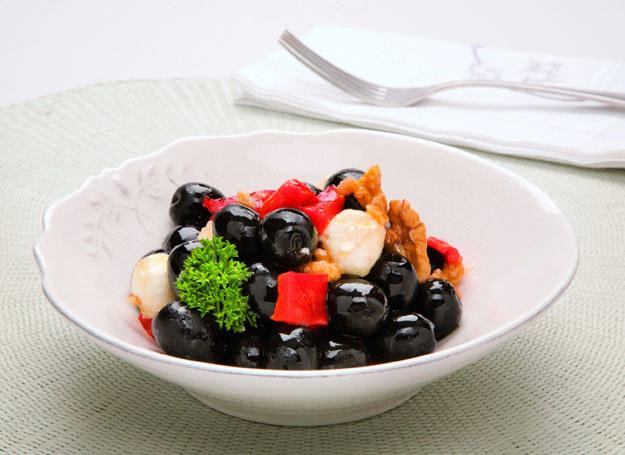 Hiszpańskie czarne oliwki z kozim serem /materiały prasowe