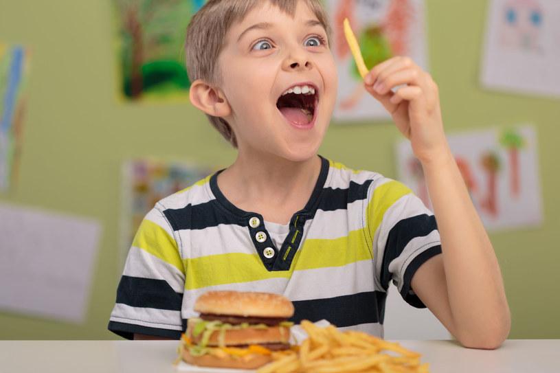 Hiszpańskie dzieci jedzą w szkole... hamburgery /123RF/PICSEL
