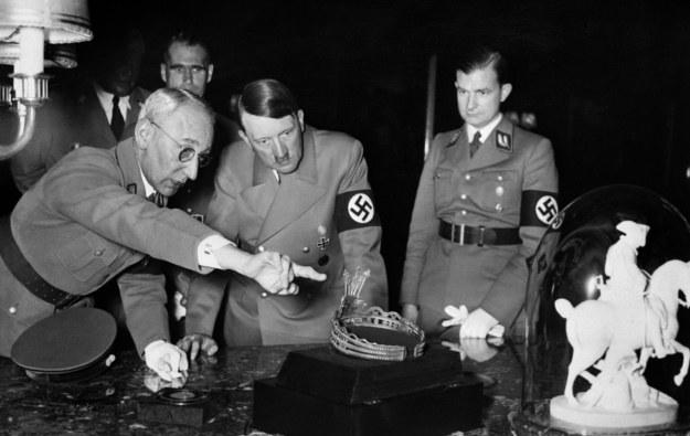 Hitler cenił sztukę oczywistą. Na tym archiwalnym zdjęciu ogląda tiarę i rzeźbę przedstawiającą Napoleona (1937 r.) /AFP