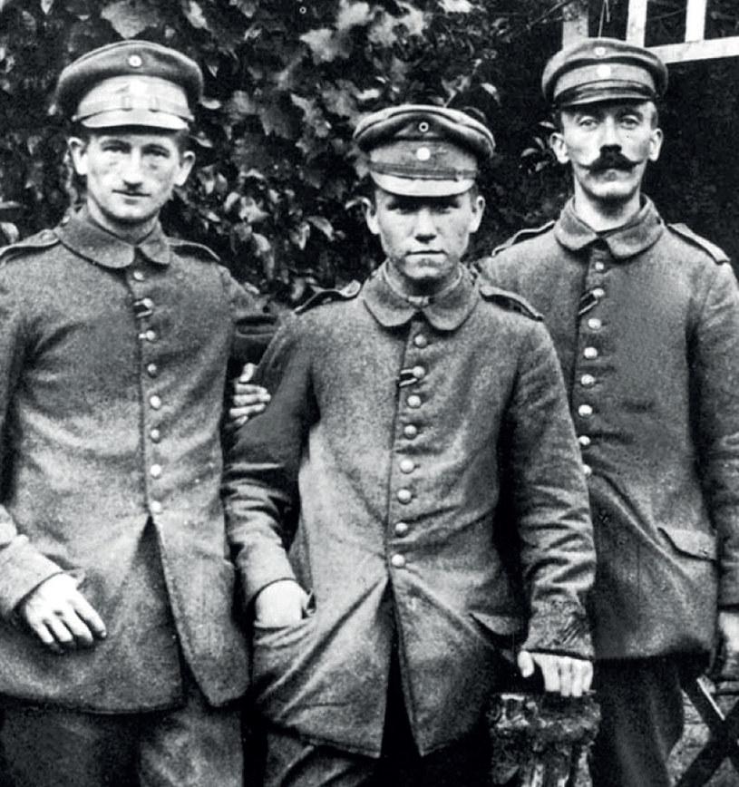 Hitler (na zdjęciu po prawej) jest podobno niesamowicie dumny ze swoich wąsów i regularnie je woskuje /21 wiek