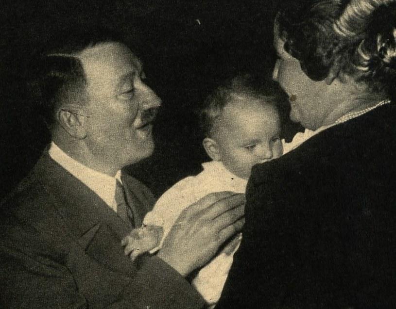 Hitler z małą Eddą Göring (domena publiczna) /Ciekawostki Historyczne