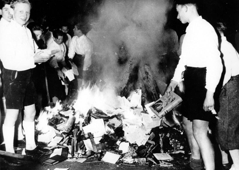 Hitlerowska młodzież pali książki. Rok 1938 /Getty Images