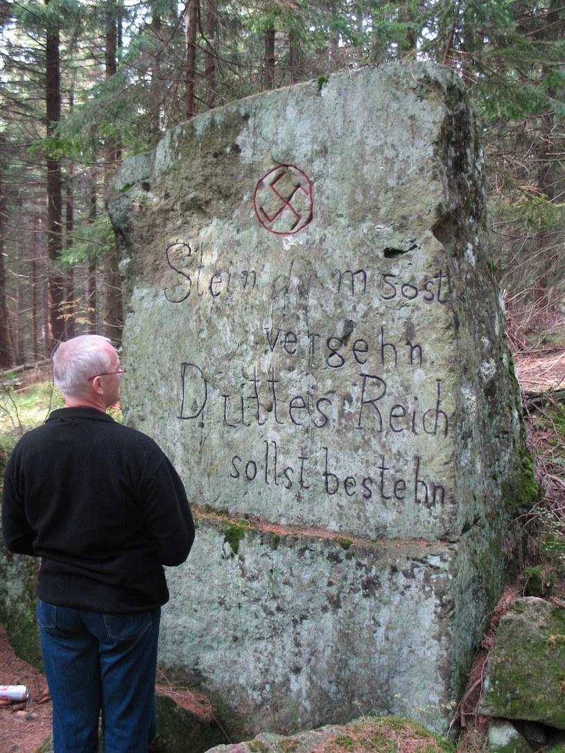 Hitlerowski kamień koło Huty /Odkrywca