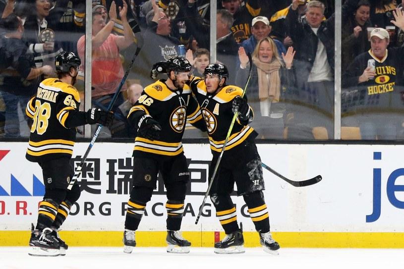 Hokeiści Boston Bruins: Brad Marchand (z prawej), David Krejczi (w środku) i David Pastrnak cieszą z gola w meczu z Arizona Coyotes /AFP