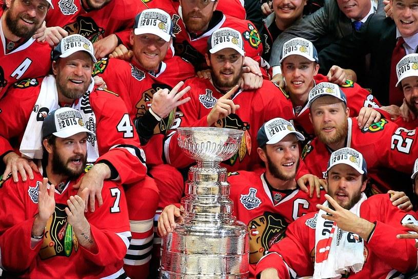 Hokeiści Chicago Blackhawks z Pucharem Stanleya /AFP