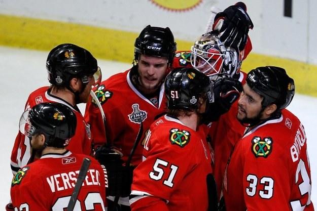 Hokeiści Chicago świętują zwycięstwo w meczu numer 5. /AFP