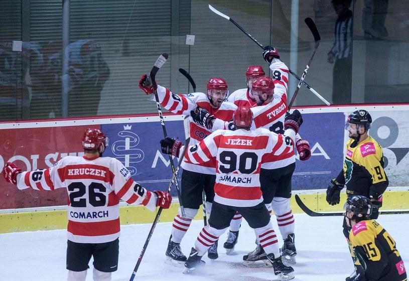 Hokeiści Comarch Cracovii cieszą się z gola podczas drugiego meczu półfinałowego Ekstraligi z Tauronem KH GKS Katowice /PAP/Łukasz Gągulski /PAP