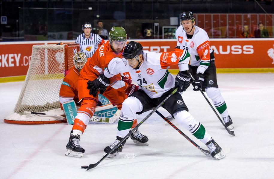 Hokeiści GKS Tychy Tomas Sykora (C) i Andrei Mikhnov (P) oraz Matthew Mackenzie (L) z HC Bolzano podczas meczu Ligi Mistrzów /Hanna Bardo /PAP