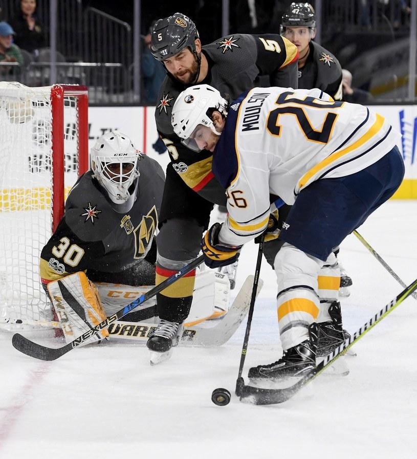 Hokeiści Las Vegas Golden Knights (w ciemnych strojach) w NHL radzą sobie jak rutyniarze. /AFP