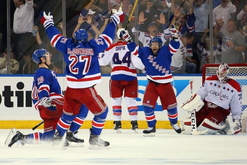 Hokeiści New York Rangers fetują zdobycie bramki w meczu z Washington Capitals /AFP