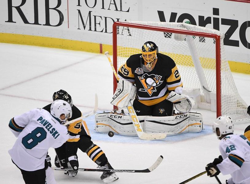 Hokeiści Pittsburgh Penguins w starciu z Nashville Predators /AFP