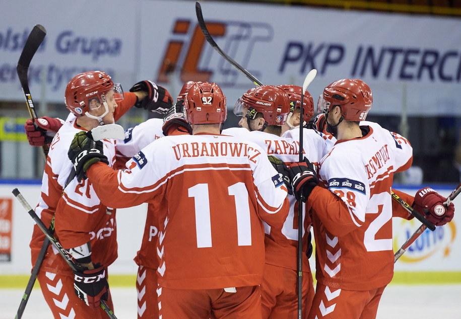 Hokeiści reprezentacji Polski cieszą się z bramki Macieja Urbanowicza w meczu z Koreą Południową podczas turnieju Euro Ice Hockey Challenge w Gdańsku, 15 grudnia 2016 /Adam Warżawa /PAP