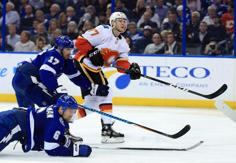 Hokeiści Tampa Bay Lightning (niebieskie stroje) wysoko przegrali z Calgary Flames /AFP