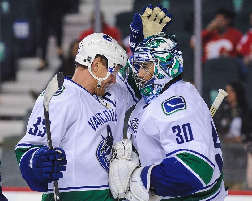 Hokeiści Vancouver Canucks - Henrik Sedin (z lewej) i Ryan Miller /AFP